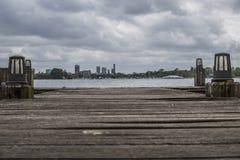 Città di vista di Rotterdam i Paesi Bassi da un pilastro immagini stock