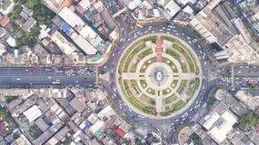 Città di vista superiore, strada di vista aerea, superstrada con i lotti dell'automobile nella t immagini stock