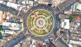 Città di vista superiore, strada di vista aerea, superstrada con i lotti dell'automobile nella t immagine stock