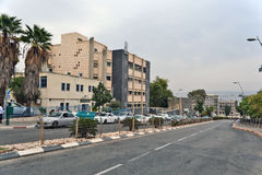 Città di vita di Tiberiade sulle vie: la gente, automobili sulla via Immagini Stock Libere da Diritti