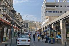 Città di vita di Tiberiade sulle vie: la gente, automobili sulla via Fotografie Stock Libere da Diritti