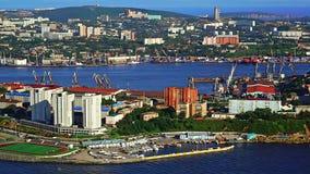 Città di Vladivostok da sopra la penisola di Egersheld archivi video