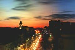 Città di Žytomyr alla notte, uguagliando traffico e tramonto fotografie stock libere da diritti