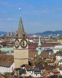 Città di Zurigo come visto dalla torre della cattedrale di Grossmunster Fotografia Stock