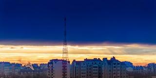 Città drammatica del cielo di alba dell'oro Immagini Stock