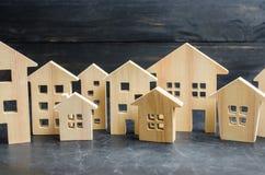 Città e case di legno concetto dei prezzi in aumento per l'abitazione o l'affitto Domanda crescente dell'abitazione e del bene im fotografia stock