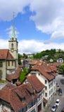 Città e chiesa storiche della città di punti di vista vecchie fotografie stock