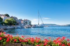 Città e costa del porto di Valun in Croazia Fotografia Stock Libera da Diritti