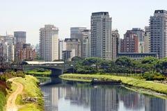 Città e fiume - Sao Paulo/Brasile Immagini Stock Libere da Diritti