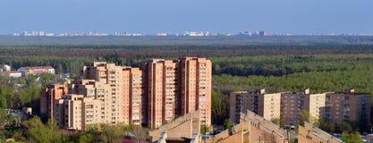 Città e foresta di orizzonte Fotografie Stock Libere da Diritti