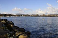 Città e lago di Annecy sull'inverno Fotografia Stock