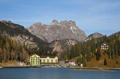 Città e lago di Misurina nelle alpi italiane Immagine Stock