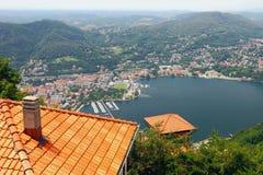 Città e lago in montagne Como, Italia Fotografia Stock