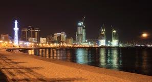 Città e mar Caspio di Bacu alla notte immagini stock