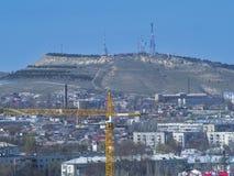 Città e montagna con la torre della TV crimea r Immagini Stock Libere da Diritti