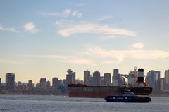 Città e nave Fotografie Stock Libere da Diritti