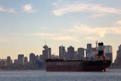 Città e nave Immagini Stock Libere da Diritti