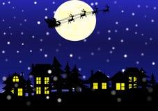 Città e Santa Claus di notte di Natale nei precedenti della luna e dei fiocchi di neve Fotografie Stock