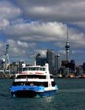Città e traghetto di Auckland fotografie stock libere da diritti