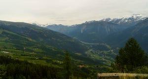 Città e villaggi svizzeri nelle montagne alpine nel cantone Tessin da un'altezza di 2800 metri Fotografia Stock Libera da Diritti