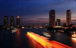 Città ed il fiume nella notte. Immagini Stock Libere da Diritti