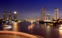 Città ed il fiume nella notte. Fotografia Stock Libera da Diritti