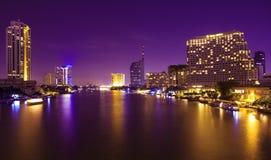 Città ed il fiume nella notte. Fotografia Stock