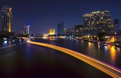Città ed il fiume nella notte. Immagine Stock