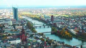 Città ed il lasso di tempo del fiume stock footage