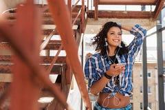 Città emozionante di osservazione della giovane donna dalle scale Immagine Stock