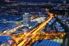 Città europea moderna nell'ora blu accesa dalle luci dell'automobile e della via immagini stock