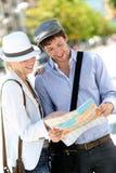 Città facente un giro turistico delle giovani coppie d'avanguardia Fotografie Stock