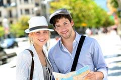Città facente un giro turistico delle giovani coppie d'avanguardia Fotografia Stock