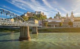 Città famosa di Salisburgo con la fortezza e Salzach storici, Austria Immagine Stock Libera da Diritti