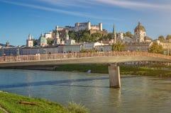 Città famosa di Salisburgo con la fortezza e Salzach storici, Austria Fotografie Stock Libere da Diritti