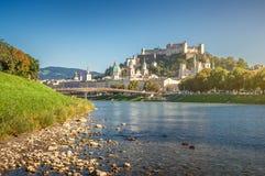 Città famosa di Salisburgo con la fortezza e Salzach storici, Austria Fotografia Stock Libera da Diritti