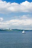 Città, fiume e yachting. Fotografia Stock