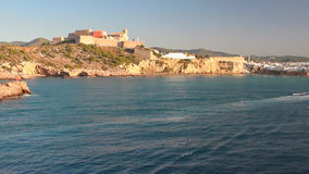 Città fortificata sulla costa del golfo del mare Ibiza, Spagna archivi video