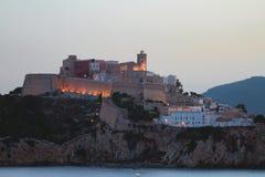 Città fortificata sulla costa rocciosa Ibiza, Spagna Immagini Stock Libere da Diritti