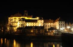 Città Fuessen alla notte, Germania Fotografie Stock