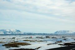 Città fuori città, montagna della neve, soleggiata, Islanda Immagine Stock