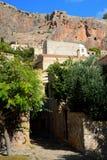 Città greca di Monemvasia con le costruzioni bizantini dal lato di una montagna, Grecia Fotografia Stock Libera da Diritti