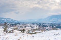 Città innevata dopo la tempesta di inverno con le montagne nella distanza fotografia stock libera da diritti