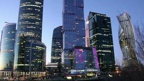 Città internazionale alla notte, Mosca, Russia del centro di affari dei grattacieli archivi video
