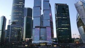 Città internazionale alla notte, Mosca, Russia del centro di affari dei grattacieli stock footage