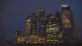 Città internazionale alla notte, Mosca, Russia 4K del centro di affari dei grattacieli stock footage