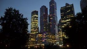 Città internazionale del centro di affari dei grattacieli alla notte archivi video