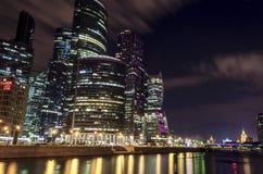 Città internazionale di Mosca del centro di affari di Mosca alla notte Notte urbana della metropoli del paesaggio con i grattacie Fotografia Stock Libera da Diritti