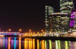 Città internazionale di Mosca del centro di affari di Mosca alla notte Notte urbana della metropoli del paesaggio con i grattacie Fotografie Stock