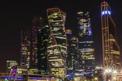 Città internazionale di Mosca del centro di affari di Mosca alla notte Notte urbana della metropoli del paesaggio con i grattacie Immagini Stock Libere da Diritti